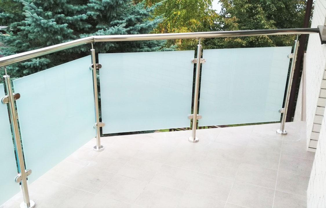 Ограждения на стойках со стеклом
