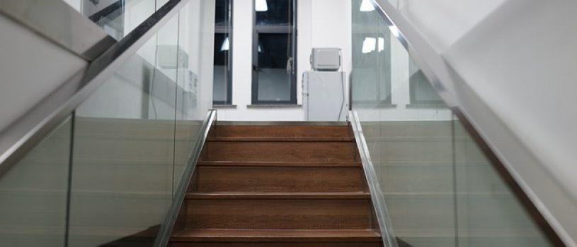 Поручни из стекла для лестниц
